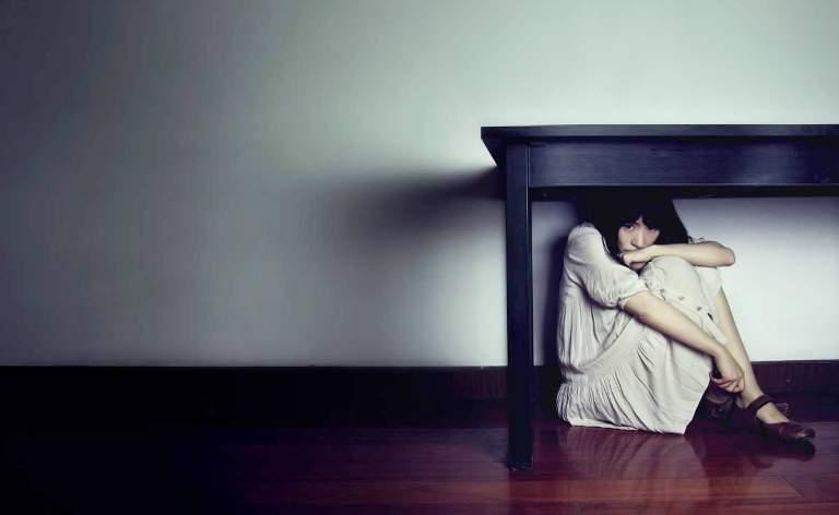 напуганная девушка под столом