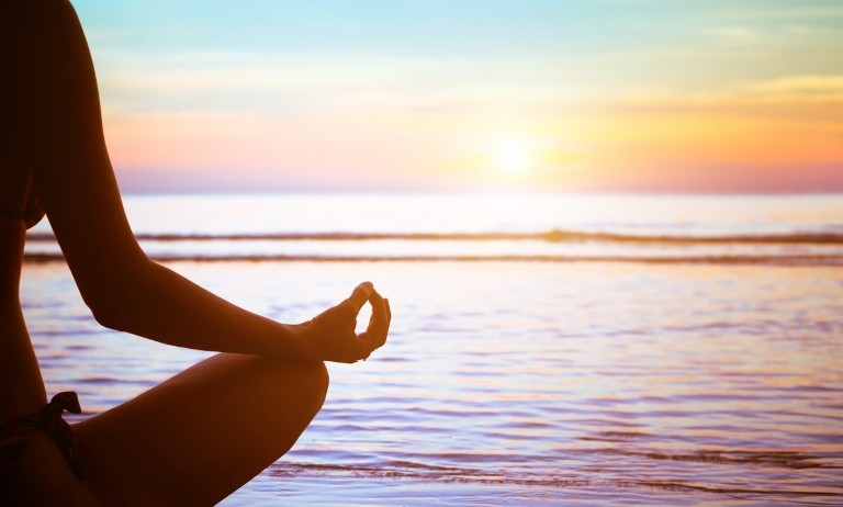 медитация, йога на берегу моря