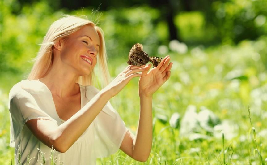 девушка в поле, радость