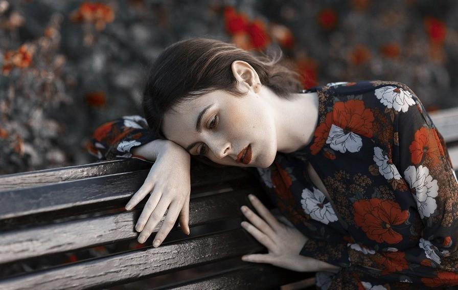 девушка, скамейка, грусть