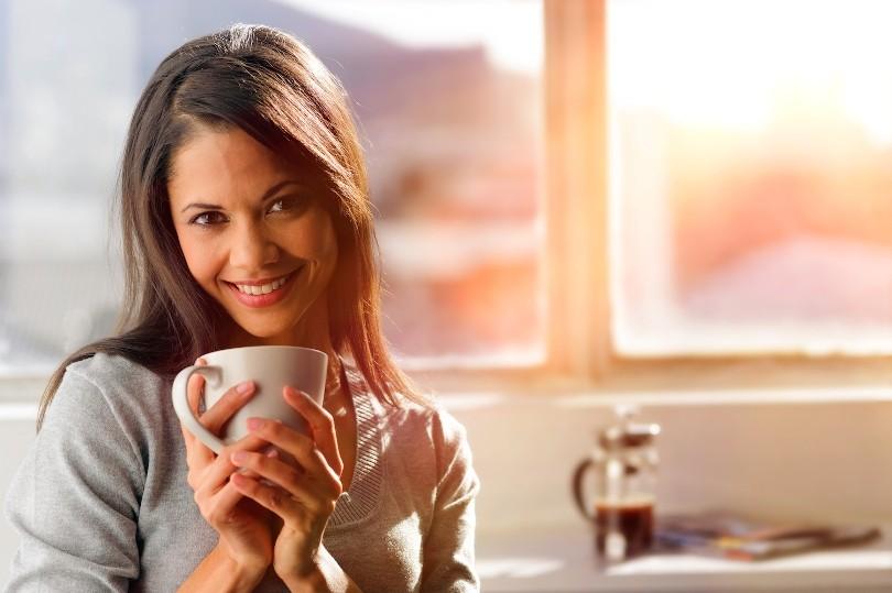 девушка держит в руках кофе