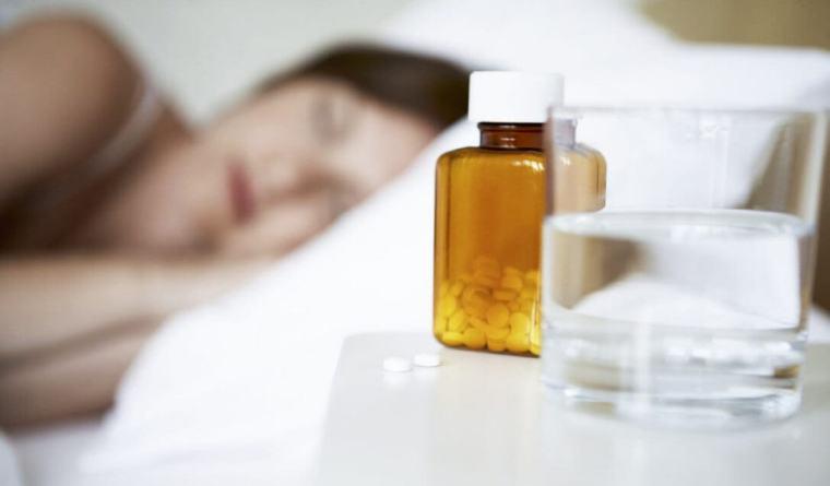 таблетки снотворное на столе