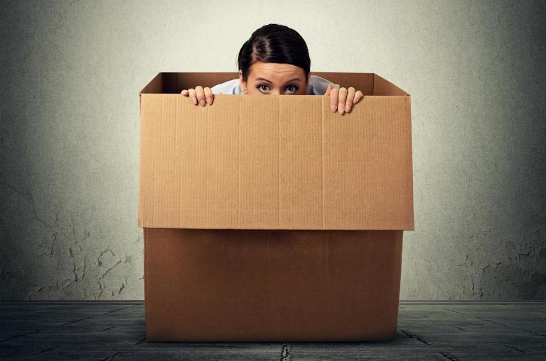 женщина в коробке