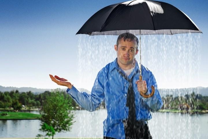 человек мокнет под дождем