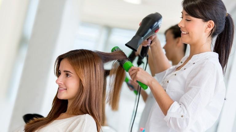 парикмахер и клиентка