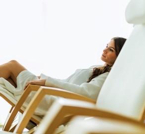 девушка отдыхает в кресле