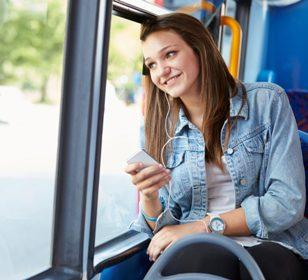 девушка смотрит в окно в транспорте