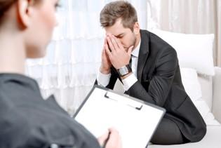 психолог ведет прием