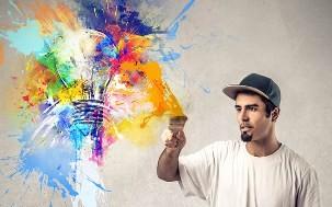 человек занят творчеством
