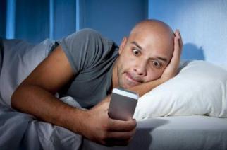 в постели с телефоном