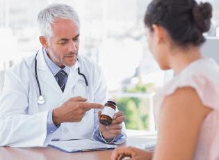 врач прописывает больному лекарство