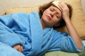 лежать с приступом мигрени