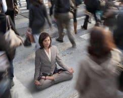 сохранять спокойствие в массе людей