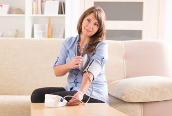 женщина мерит артериальное давление