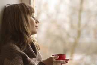 женщина болеет смотрит в окно