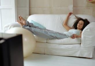 лежать на диване