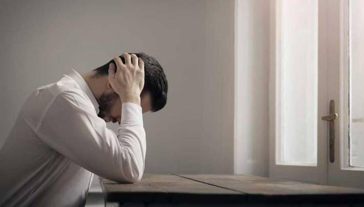 человек находится в депресии и без настроения