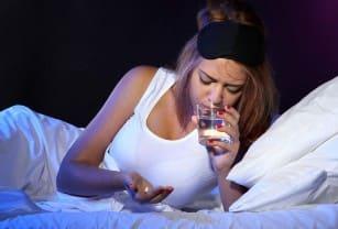девушка пьет снотворное