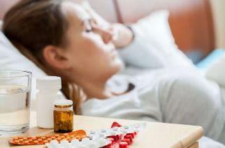 девушка в постели болеет