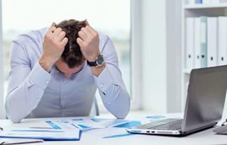 мужчина устал, переутомился на работе