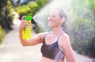 опрыскивать лицо водой летом в жару