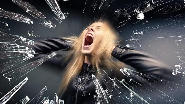 девушка в панике, в ужасе