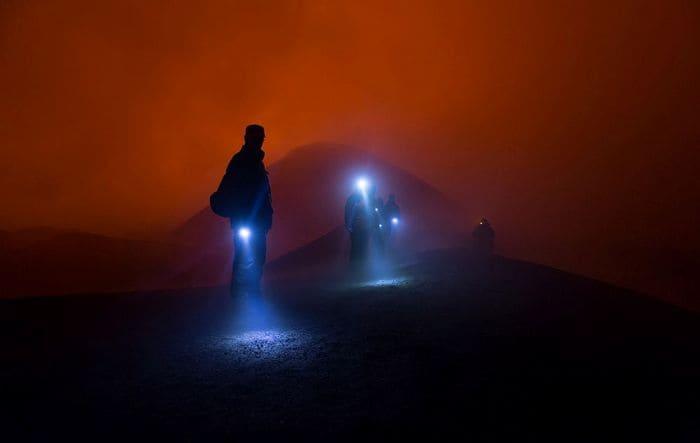 освещать путь фонариком в темноте