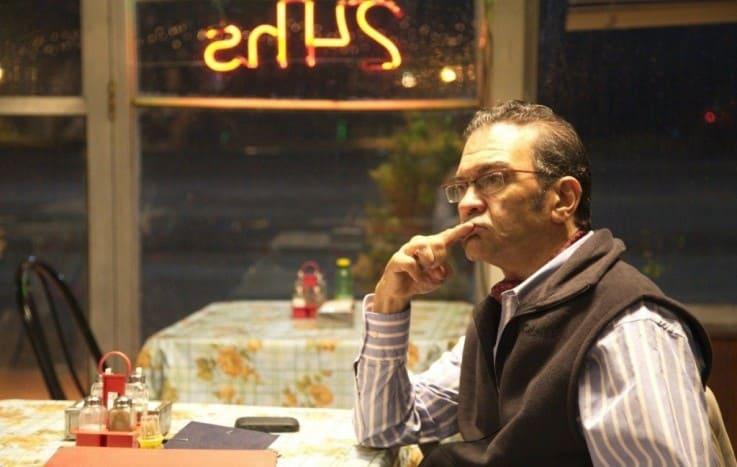 мужчина в кафе ожидает заказ
