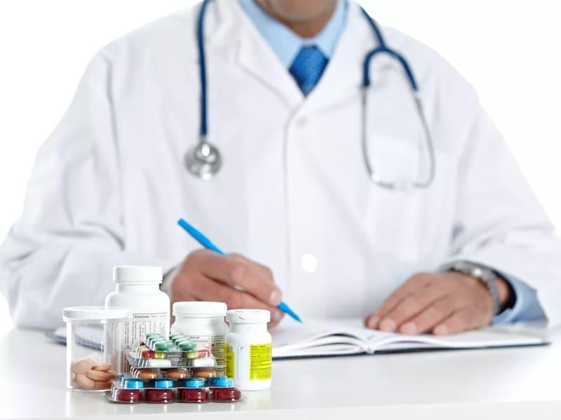 доктор прописывает лекарства