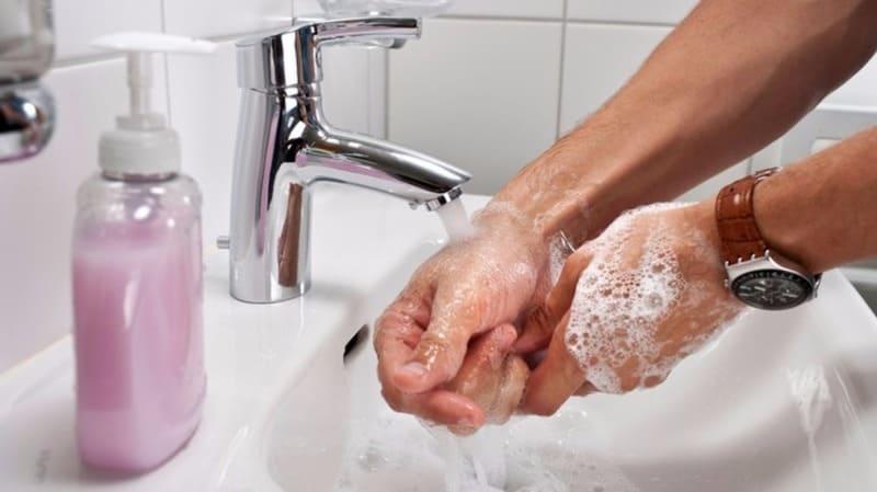 моет руки с мылом