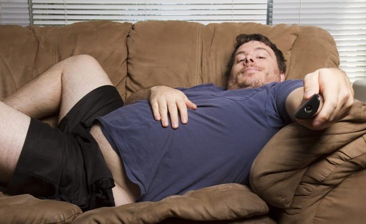 лень, мужик лежит на диване