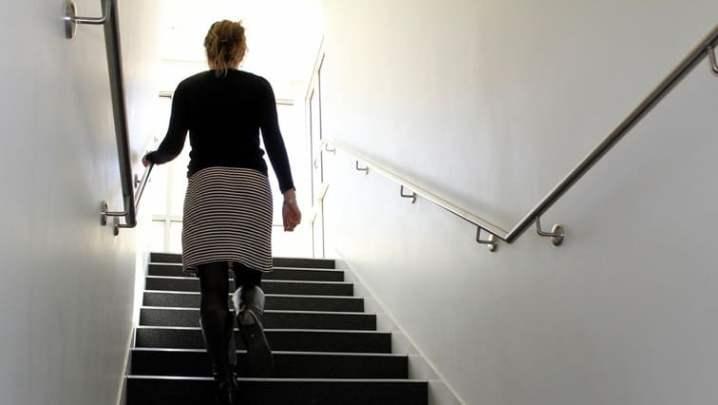 идти по лестнице