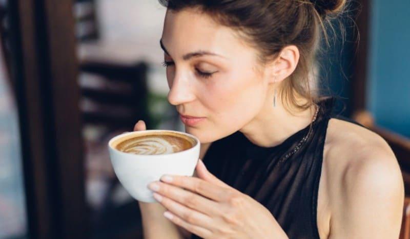пить кофе