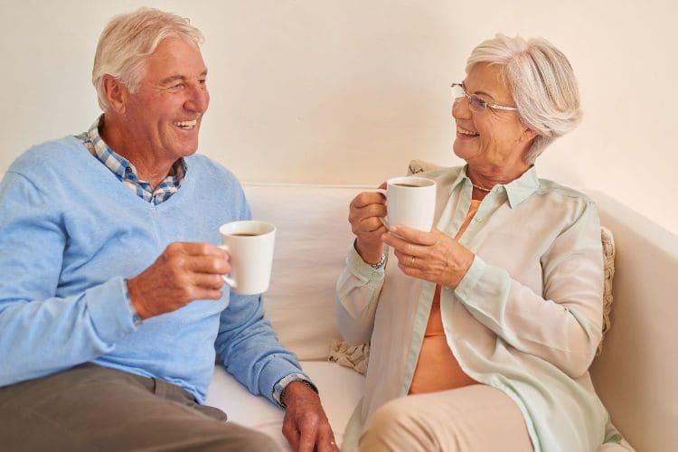 старики пьют кофе