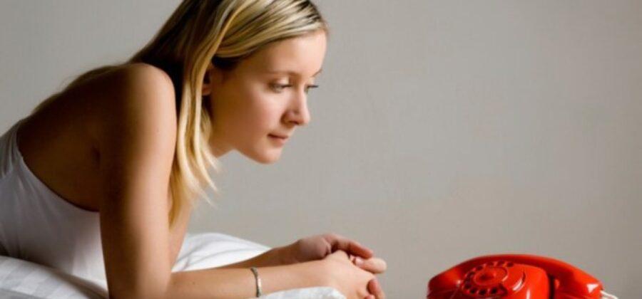 Почему мужчина не пишет, не звонит – что делать, советы психологов