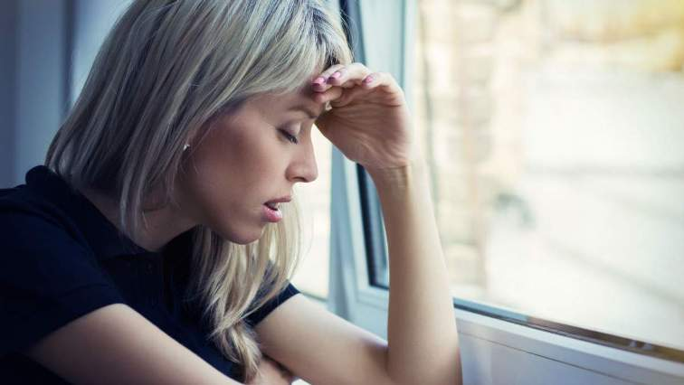 женщина грустит у окна