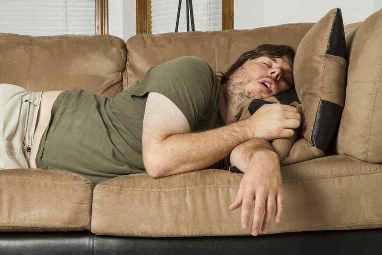 муж спит на диване