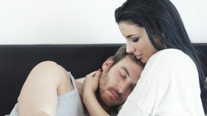 женщина обнимает мужчину
