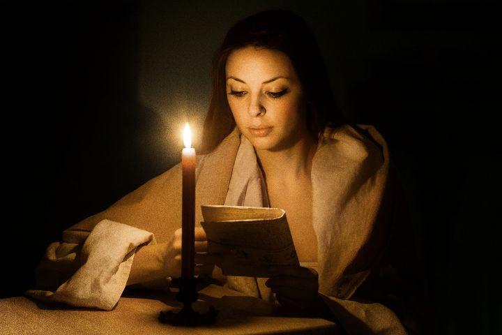 девушка читает заговор