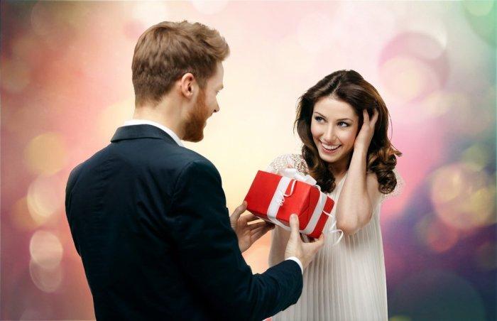 мужчине дарит подарок женщине