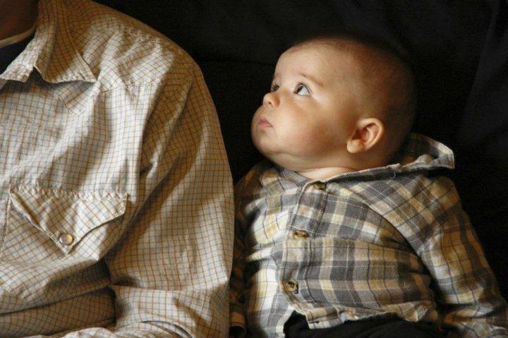 младенец смотрит на отца