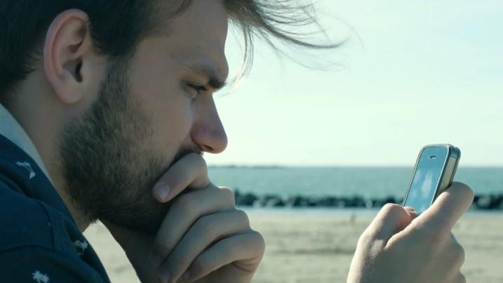 мужчина смотритна телефон