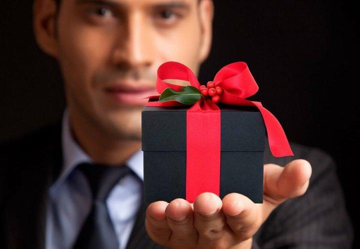 мужчина держит в руке подарок
