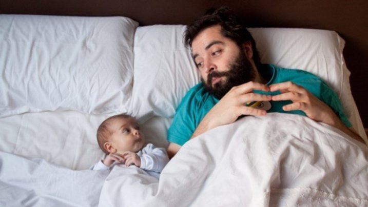 мужчина лежит рядом с сыном