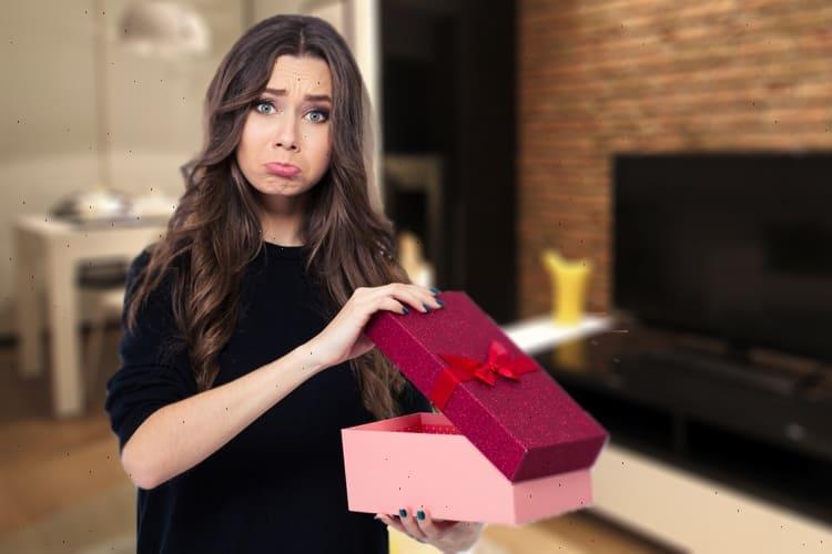девушка разочарована подарком
