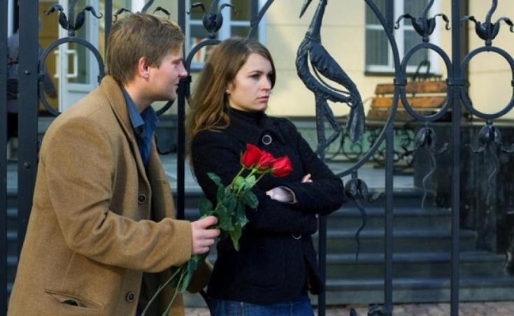 парень с цветами идет за девушкой