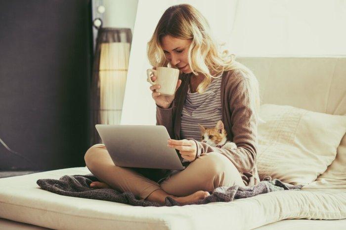 девушка с ноутбуком на кровати