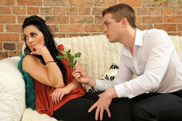 парень дарит девушке розу, она недовольна