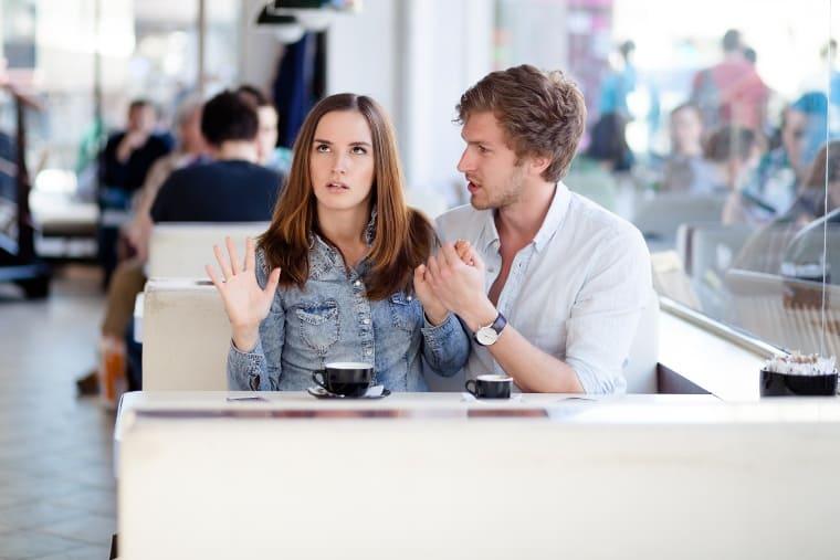парень и девушка в кафе ссорятся