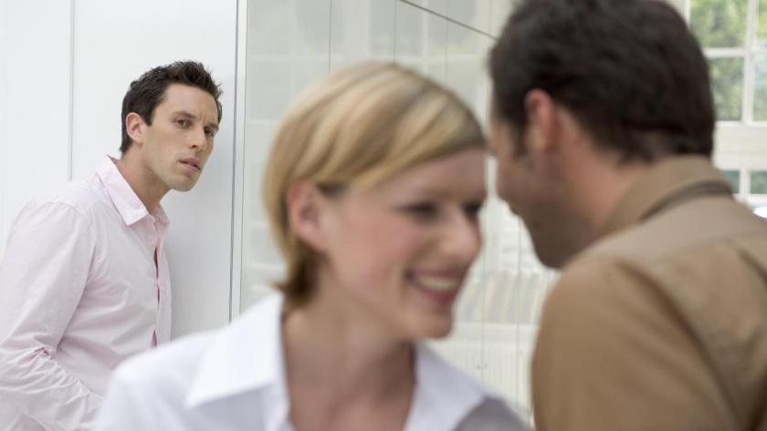 женщина шепчется с другим мужчиной